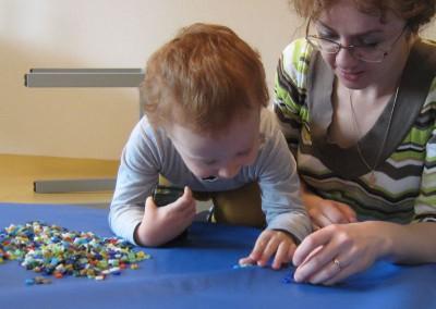 Baby legt Mosaik