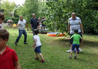 Väter spielen mit ihren Kindern